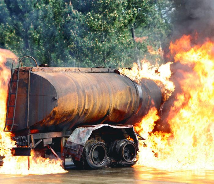 tanque de combustible en llamas
